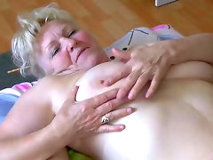 Fat duo gives an amazing blowjob in threesome