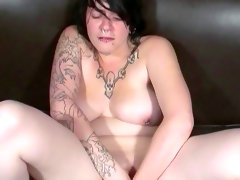 Chubby babe with tattoos betty is stretching her..
